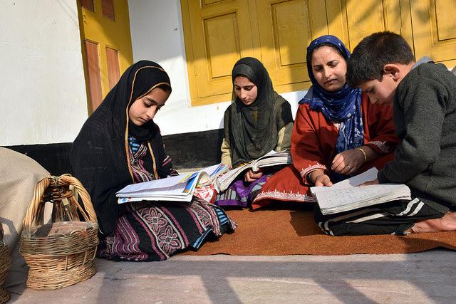 Mariya, Arjumand y Fazl Sareer estudian en su casa en la aldea de Shurat ya que los colegios permanecen cerrados desde julio debido a la inestabilidad política en Cachemira. Crédito: Stella Paul / IPS