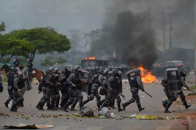 Batalla entre manifestantes y policía, el 13 de diciembre en Brasilia, durante las protestas en Brasil contra la enmienda constitucional que impone un límite al gasto en los presupuestos de los próximos 20 años, en una medida que sus opositores creen que reducirá los recursos para el sector social.