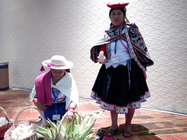 Mujeres indígenas de Ecuador reclaman la protección del maíz nativo durante la cumbre mundial sobre la biodiversidad,  que se celebra en Cancún, en el sureste de México, entre el 2 y el 17 de diciembre. Crédito: Emilio Godoy/IPS