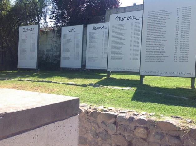 Unas 20.000 personas visitan anualmente el Parque por la Paz Villa Grimaldi, levantado en la precordillera a cuyos pies se asienta Santiago de Chile, a partir de las ruinas del que fue el mayor centro de tortura durante la dictadura de Augusto Pinochet. Crédito: Orlando Milesi/IPS