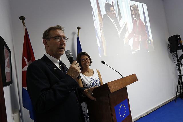 Alan Bothorel, el ministro consejero de La Delegación de la Unión Europea en La Habana, comenta en su sede la transmisión desde Bruselas de la ceremonia de la firma del acuerdo entre el bloque europeo, acompañado por corresponsales extranjeros. Crédito: Jorge Luis Baños/IPS