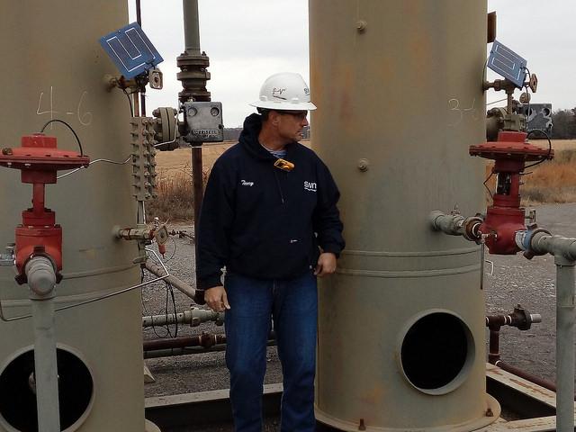 Un técnico revisa los separadores de gas y agua en el pozo de gas de esquisto Charles Wood 09-13, en Van Buren, en el estado de Arkansas, en Estados Unidos, el mayor productor mundial de este combustible, gracias a la aplicación de la tecnología de fractura hidráulica. Crédito: Emilio Godoy/IPS