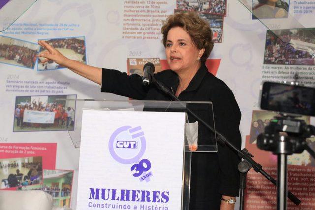 La expresidenta Dilma Rousseff sigue activa en la vida política de Brasil, en esta imagen, durante su participación el 30 de noviembre en los 30 años de la creación de la división de mujeres de la izquierdista Central única de Trabajadores, en la ciudad de São Paulo. Crédito: Roberto Parizotti/ CUT