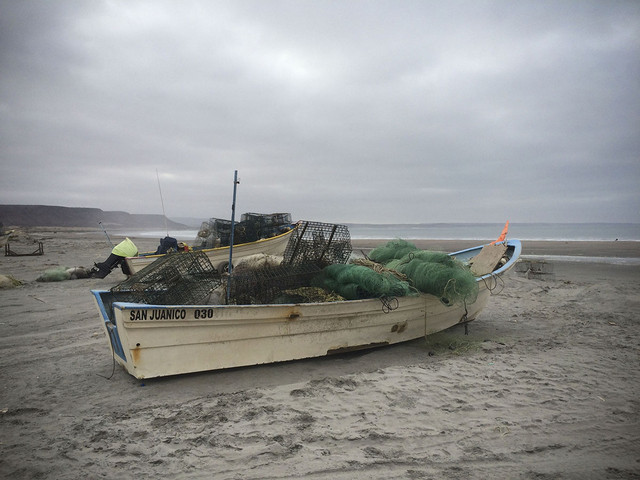 Una barca varada con sus aperos de pesca en la playa de San Juanico. Crédito: Celia Guerrero/Pie de Página