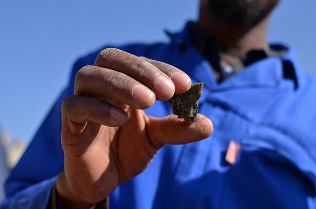 Un minero artesanal en Johannesburgo muestra el oro extraído. Especialistas sostienen que regularizar la pequeña minería permitiría crear fuentes de trabajo e implementar normas para proteger su salud y garantizar su seguridad. Crédito: Mark Olalde/IPS