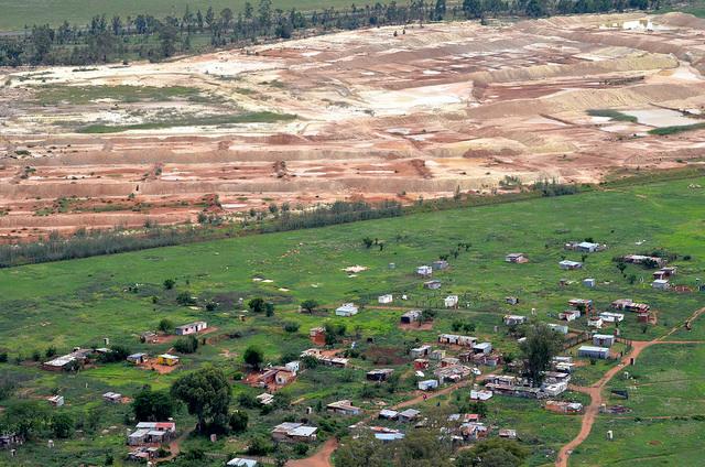 En el asentamiento informal Matariana viven mineros informales que buscan oro en la mina de Blyvooruitzicht, a poco más de 80 kilómetros al oeste de Johannesburgo. En Sudáfrica, hay más de 6.000 minas abandonadas, muchas de las cuales atraen a estos pequeños mineros. Crédito: Mark Olalde/IPS