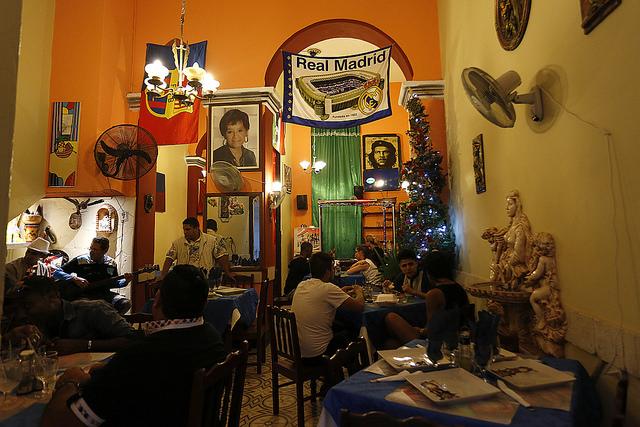 Interior de un restaurante privado en el casco histórico de La Habana Vieja, en la capital de Cuba. Estos establecimientos son muy visitados por los turistas procedentes de Estados Unidos, que comenzaron a llegar masivamente al país, tras el deshielo bilateral. Crédito: Jorge Luis Baños/IPS