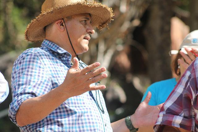 El productor Rafael Núñez contó a visitantes centroamericanos cómo la banca maltrata a los pequeños agricultores de Honduras y cómo les mejoró la vida con la introducción en su municipio, San Antonio de Flores, de un centro financiero de desarrollo que la FAO experimenta en dos zonas deprimidas del país. Crédito: Thelma Mejía/IPS