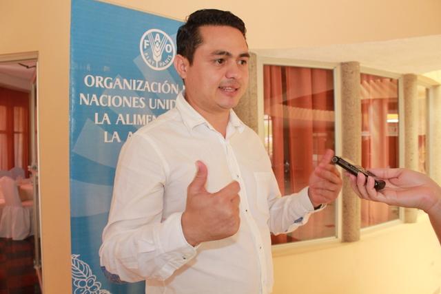 Marvin Moreno, el técnico especialista de la FAO que impulsa el innovador modelo de microcréditos, solidario e inclusivo para los pequeños agricultores de dos zonas deprimidas de Honduras, que hasta ahora ayudó a cambiar las vidas de 800 familias pobres. Crédito: Thelma Mejía/IPS