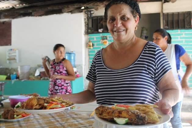 Las tilapias del Grupo Ideal, de Paso Real, están listas para ser servidas y degustadas. El miércoles es el día de mayor venta del pez de agua dulce. Crédito: Thelma Mejía/IPS