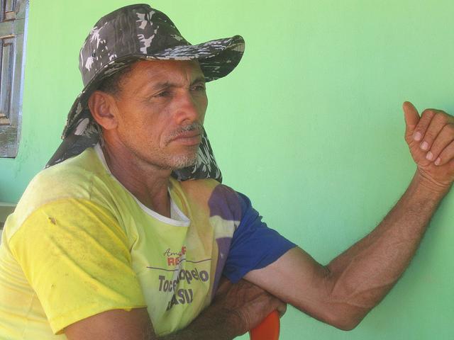 Jose Neto da Silva Costa, en su finca en la Comunidad São João, Brasil, donde cría cerca de 400 cabras y ovejas. Crédito: Mario Osava/IPS.