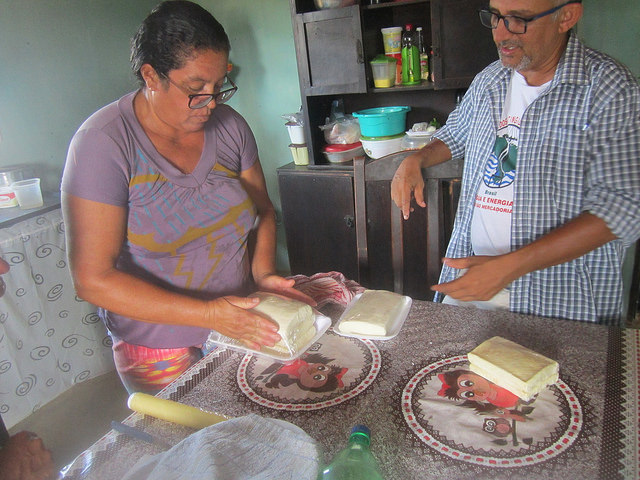 Lelia dos Santos empaqueta quesos de leche de las cabra que cría su marido José Neto da Silva Costa. El queso tiene un creciente mercado de consumidores que se disponen a pagar más por productos saludables. Crédito: Mario Osava/IPS.