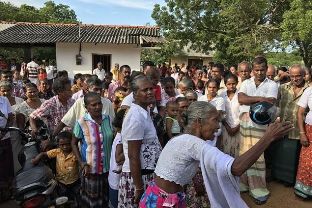 """""""Sobre mi cadaver"""", protestaban campesinos en Beragama, Sri Lanka, en contra de los agrimensores estatales por temor a perder sus tierras. Crédito: Sanjana Hattotuwa/IPS."""