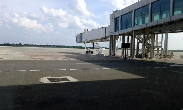 El multimillonario Aeropuerto Internacional Mattala, inaugurado en Sri Lanka en 2013, ahora solo tiene un vuelo diario en su pico de actividad. El gobierno explora alternativas para volverlo viable. Crédito: Amantha Perera/IPS.