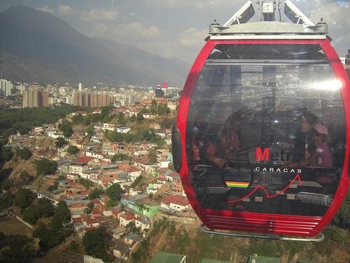 Parte del valle de Caracas, desde el Metrocable de San Agustín, una de las numerosas obras asignadas a Odebrecht en Venezuela durante el gobierno de Hugo Chávez (1999-2013), cuando la empresa brasileña se convirtió en la mayor constructora del país. Crédito: Raúl Límaco/IPS