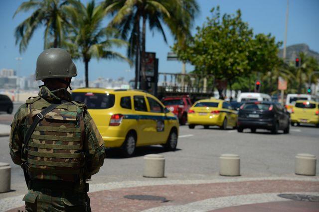 El Ejército ayuda a controlar las calles de Rio de Janeiro, ante amenazas de huelgas de la policía local. El descontento de este sector se extiende por varios estados de Brasil por atrasos en el pago de sus salarios y por la congelación de estos desde hace años. Crédito: EBC
