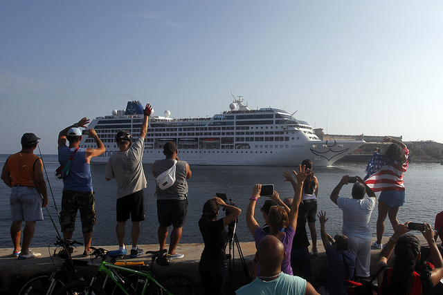 Llegada a la bahía de La Habana del lujoso crucero Adonia, con más de 700 pasajeros, el primero procedente de Estados Unidos en más de 50 años en atracar en Cuba, en mayo de 2016. Los cruceros son un segmento del turismo con alto potencial para el país. Crédito: Jorge Luis Baños/IPS