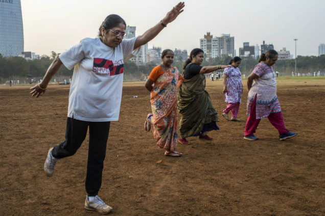 Para los adultos y los adultos mayores se aplica las mismas recomendaciones de realizar actividad física, de acuerdo a su estado de salud. Crédito: A Loke/WHO.
