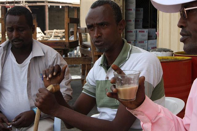 Estos integrantes del sindicato de marineros de Somalilandia, en el puerto de Berbera, se quejan de que la falta de inversión extranjera se traduce en que no cobran lo mismo, ganan unos 220 al mes, que los trabajadores extranjeros porque no pertenecen a una organización internacional reconocida. Crédito: James Jeffrey/IPS.