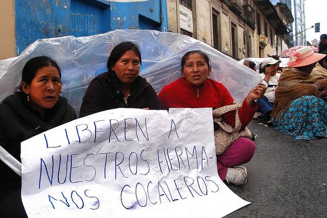 Esposas de cultivadores de hojas de coca de los Yungas, durante una vigilia a las puertas de la policía de La Paz, a cuya sede fueron llevados decenas de dirigentes, acusados de promover disturbios durante sus movilizaciones en demanda de una ampliación de los cultivos legales en su región, en el noroeste de Bolivia. Crédito: Franz Chávez/IPS
