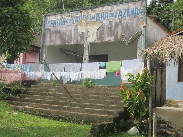 Centro de Salud de Islha da Fazenda, desvencijado por fuera y sucio y deteriorado por dentro y con documentos esparcidos por fuera, en uno de los poblados en la ribera del río Xingu afectados por la construcción de la central hidroeléctrica de Belo Monte, en el estado de Pará, en la Amazonia brasileña. Crédito: Mario Osava/IPS