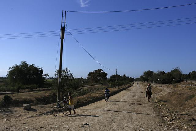 La energía fotovoltaica llega por los tendidos eléctricos a las pequeñas comunidades rurales de la provincia de Guantánamo, siguiendo los caminos de tierra que comunican a sus pobladores en el oriente de Cuba. Crédito: Jorge Luis Baños/IPS