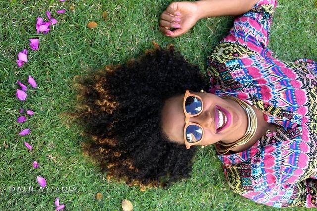 La brasileña Midiã Santana, con su reconquistado pelo afro, como una reafirmación de su identidad de mujer negra. La periodista ha creado el sitio Lista Negra, dedicado a promover a jóvenes emprendedores afrodescendientes en su estado, Bahia, donde 80 por ciento de la población tiene origen africano. Crédito: Cortesía de Midiã Santana