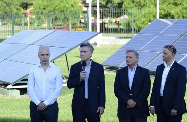 El presidente Mauricio Macri, segundo a la izquierda, al presentar proyectos de energía solar junto con otras autoridades. El mandatario anunció inversiones por 4.000 millones de dólares en energías renovables, como parte del esfuerzo para aumentar la oferta eléctrica. Crédito: Presidencia de la Nación