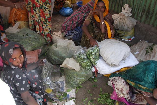 Una mujer y su hijo rodeados de sacos de qat que llevaron para vender en el mercado de Dire Dawa, en  Etiopía. Crédito: James Jeffrey/IPS.