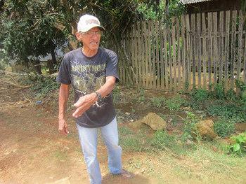 El garimpeiro (minero informal) Valdomiro Pereira Lima asegura que hay oro en las calles de Ressaca como lo hay en muchas partes de la Volta Grande del río Xingu, un área de más de 100 kilómetros. Los habitantes de este deteriorado pueblo de la Amazonia brasileña rechazan la llegada de un proyecto aurífero a gran escala. Crédito: Mario Osava/IPS