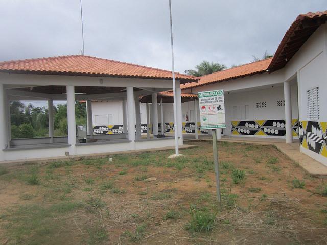 La escuela de la aldea indígena Miratu, construida por Norte Energía, la empresa que construyó y opera la central hidroeléctrica de Belo Monte, en la Amazonia brasileña. Con tres aulas, tiene exceso de capacidad para las 20 familias locales, pero la aldea está creciendo y podrá acoger alumnos de pueblos cercanos. Crédito: Mario Osava/IPS