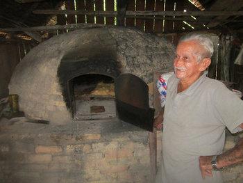 """João Lisboa Sobrinho, de 85 años, panadero de Ilha da Fazenda y """"con solo 10 hijos"""". Hasta hace poco, usaba diariamente 50 kilogramos de harina para hacer pan, ahora apenas tres, lo que muestra la decadencia y el éxodo de este caserío insular en medio del río Xingu, en el norteño estado brasileño de Pará. Crédito: Mario Osava/IPS"""