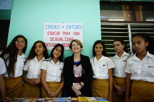 La relatora especial de la ONU, Maria Grazia Giammarinaro, posa para los fotógrafos con alumnas de la escuela Julio Antonio Mella en La Habana, Cuba, 10 de abril de 2017. Alexandre Meneghini _REUTERS _POOL_IPS.