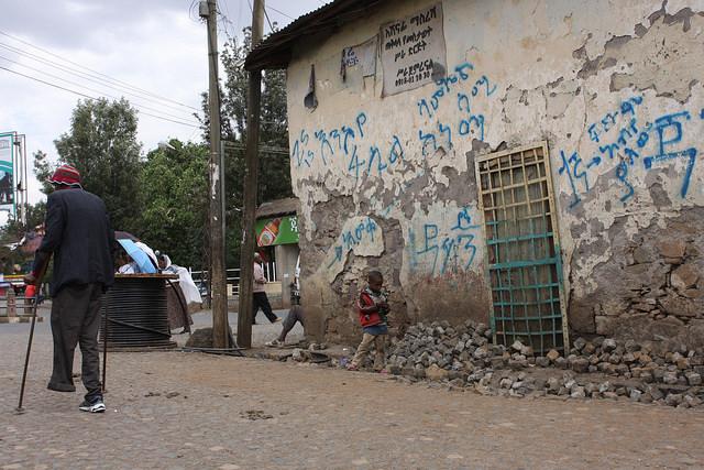 La pobreza es más intensa más allá de las calles principales de Gonder, Etiopía. Crédito: James Jeffrey / IPS