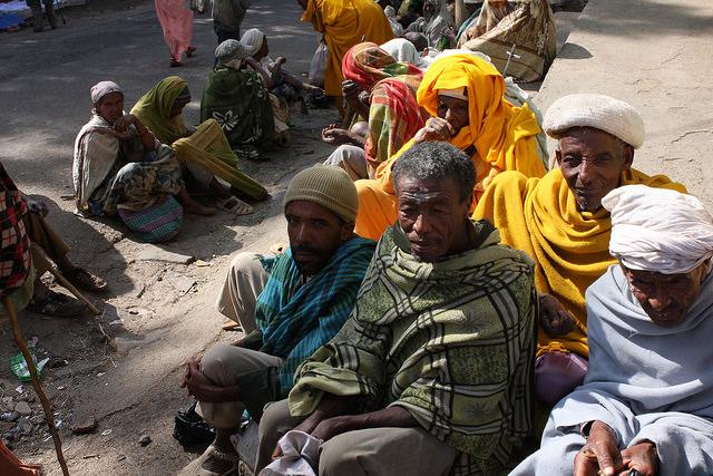 Mendigos piden limosna fuera de las iglesias de Gonder, Etiopía. Crédito: James Jeffrey / IPS