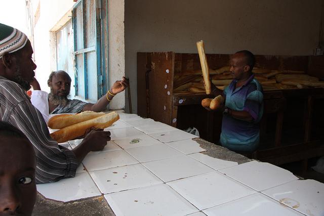 La población de Tadjoura, una pequeña ciudad sobre el golfo de Tadjoura, compra su baguete diaria, una costumbre heredada de la colonia francesa. Crédito: James Jeffrey/IPS.