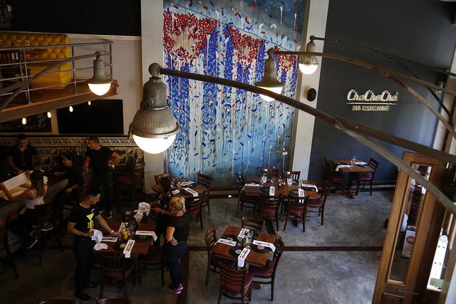 Trabajadores de un restaurante situado en el centro de La Habana preparan las mesas antes de la apertura. La restauración vive una bonanza en Cuba por el récord de la afluencia de turistas extranjeros, en que los visitantes de Estados Unidos contribuyen desde que  Washington flexibilizó los viajes a la isla caribeña. Crédito: Jorge Luis Baños/IPS
