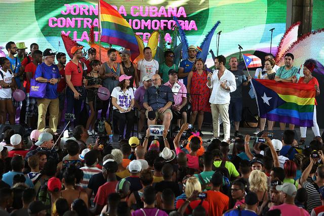 Mariela Castro, sentada en el centro, junto a activistas que el 13 de mayo participaron en La Habana en uno de los actos a favor de la diversidad, organizados por el Centro de Nacional de Educación Sexual, dentro de la X Jornada Cubana contra la Homofobia y la Transfobia. Crédito: Jorge Luis Baños/IPS