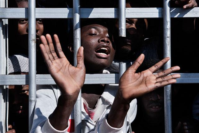Una joven en una celda de un centro de detención en Libia, el 31 de enero. Crédito: Romenzi / Unicef