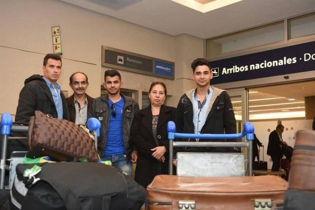 El argentino Mauro Jaliff (izquierda), junto a la familia Abdulnour, tras recibirla a comienzos de mayo el aeropuerto de la ciudad de Mendoza. El matrimonio y los dos hijos, procedentes de la ciudad siria de Alepo, se instalaron en la ciudad de General Alvear, en la norteña provincia de Mendoza. Crédito: Cortesía de Refugio Humanitario Argentino