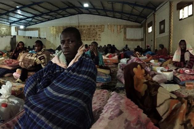 Las condiciones de vida son precarias en un campamento de detención en Libia. Crédito: Organización Internacional de las Migraciones (OIM).