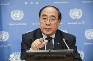"""Wu Hongbo, secretario general adjunto de Asuntos Sociales y Económicos, informa a la prensa sobre el contenido del informe """"Avances y perspectivas"""", de la Fuerza de Trabajo Interagencia sobre financiación para el desarrollo. Crédit: Kim Haughton/UN Photo."""