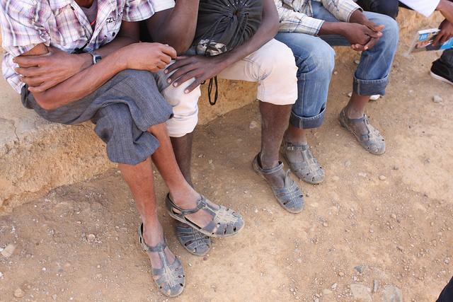 Soldados de Eritrea, ahora desertores, en el punto de ingreso de la ciudad etíope de Adinbried. Credit: James Jeffrey/IPS.