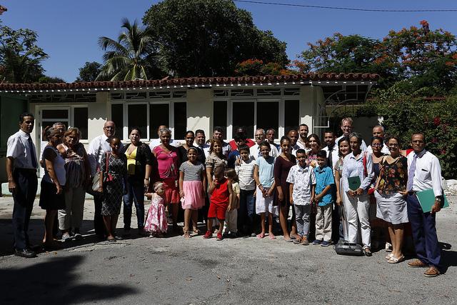 Feligreses de la Iglesia de Jesucristo de los Santos de los Últimos Días, la mormona, posan para IPS tras asistir a una misa dominical en la sede del ecuménico Consejo de Iglesias de Cuba, en La Habana. Crédito: Jorge Luis Baños/IPS