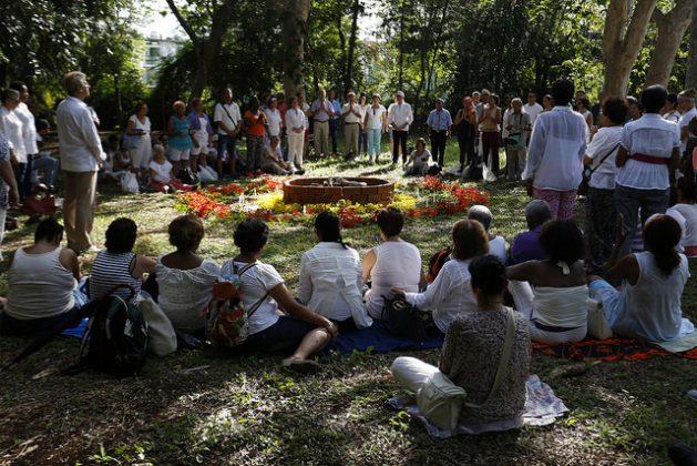 Personas en círculo participan en la ceremonia Maya Tributo al fuego, en la sede de la Fundación del Nuevo Cine Latinoamericano, en La Habana. Actividades como esta son expresiones de la espiritualidad de la población de Cuba, que también se canaliza hacia nuevas confesiones religiosas. Crédito: Jorge Luis Baños/IPS