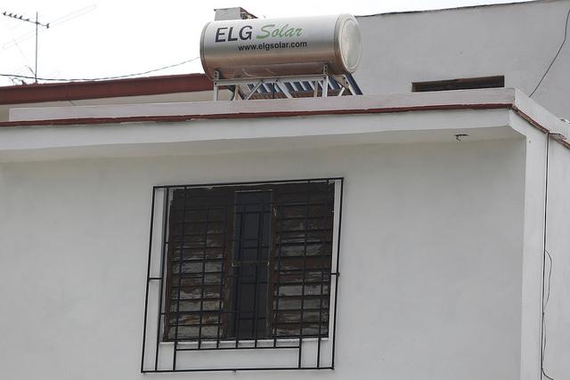 Un calentador solar de agua, instalado en la azotea de una vivienda, en el municipio de Playa, uno de los que conforman La Habana, en Cuba. Crédito: Jorge Luis Baños/IPS