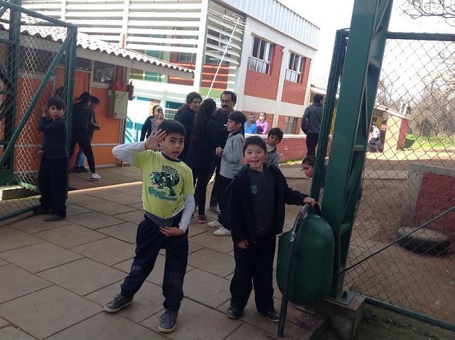 Niños en la entrada de la escuela de Rungue, en Til Til, un municipio de la Región Metropolitana de Santiago, que recibe todos los residuos de la capital chilena. Pese a vivir en una contaminada zona de sacrificio, el centro ha ganado el premio a la excelencia del municipio por segundo año consecutivo. Crédito: Orlando Milesi/IPS
