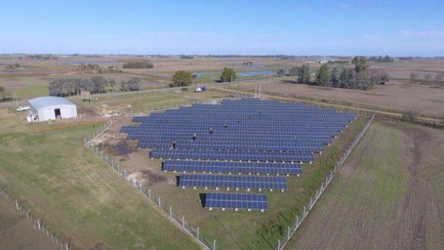 El parque solar fotovoltaico de Arribeños, una localidad de la provincia de Buenos Aires, que este mes de agosto comenzó a inyectar a la red eléctrica argentina 500 kilovatios. Crédito: Cámara Argentina de Energías Renovables