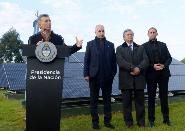 El presidente Mauricio Macri durante la firma de contratos para proyectos de energías renovables, junto a miembros de su gobierno y del de la ciudad de Buenos Aires. Crédito: Presidencia de Argentina