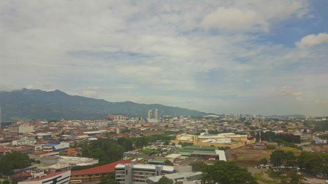 La capital de Costa Rica, San José, es el corazón de una mancha urbana que se extiende por municipios con diferentes autoridades y estructuras administrativas. Crédito: Diego Arguedas Ortiz/IPS